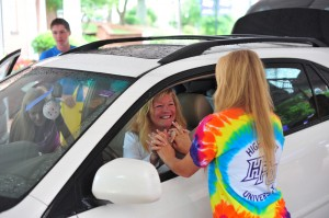 A student and member of orientation crew greets Diane Schofield, mother of a freshman.